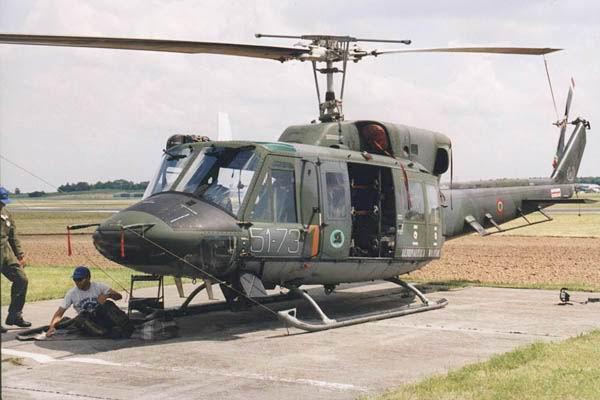 aviones de combate y helicoptero